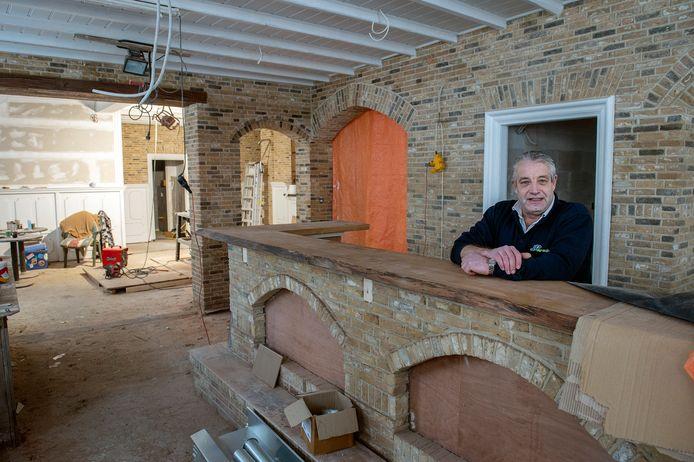 Eigenaar Jean-Pierre Wijnen heeft vijf jaar gebouwd aan café De Tip dat in oktober in oude stijl heropent.