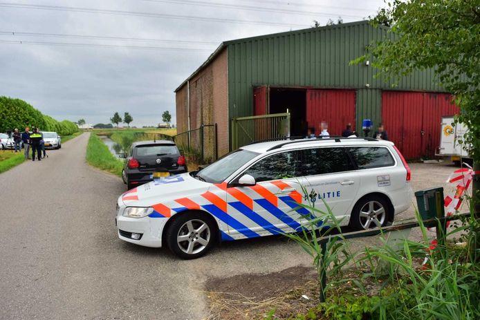 Politie bij de schuur in Standdaarbuiten, waar duizenden liters drugs werden gevonden.