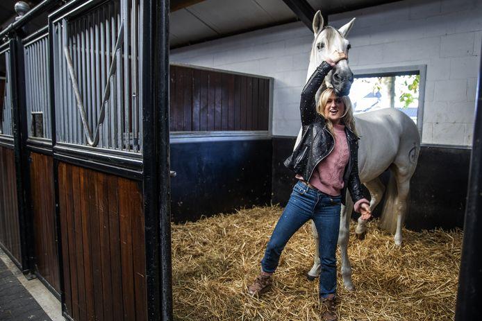 Britt Dekker met haar paard George.