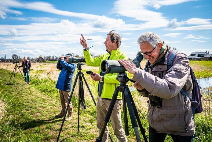 Stef Strik (m.), coördinator van de vogelwerkgroep van het IVN Alphen, met een aantal vogelaars die speuren naar de Siberische Taling. Deze 'dwaalgast' is gespot in natuurgebied De Groene Jonker.