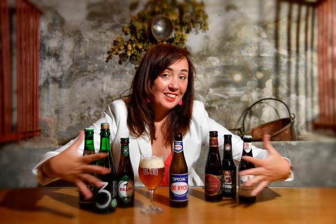 Biersommelier en liefhebber van streekbieren Sofie Vanrafelghem met een aantal bieren die het label 'streekproduct' dragen.