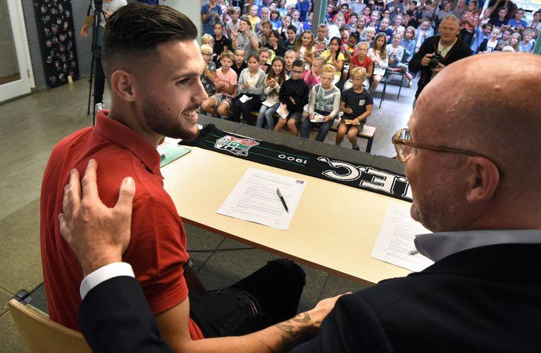 Mathias Bossaerts heeft zijn contract getekend. Beeld Marcel van den Bergh