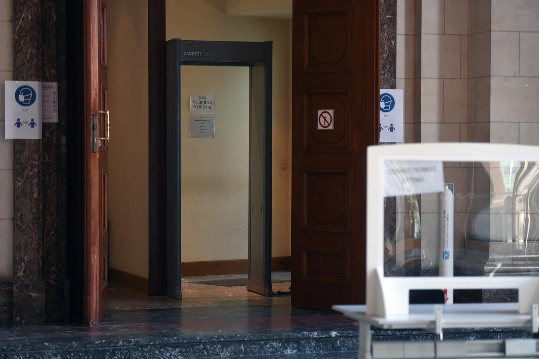 Na afloop van het proces kreeg de 22-jarige V.D. uit Hove de toestemming om met iemand van het personeel via een niet-publieke zijuitgang te verdwijnen. Beeld Vertommen