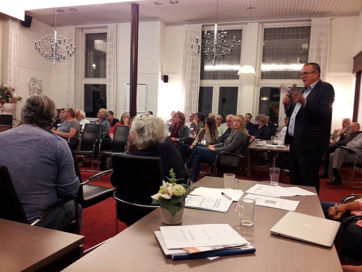 Wethouder Dion Dankers praatte vorig jaar de raadsleden van Oisterwijk bij over de financiële problemen van de gemeente.