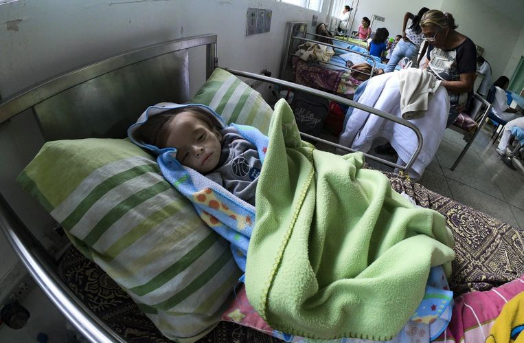 Een ondervoede baby in een ziekenhuis in Maracay, Venezuela. In het land is er een ernstig tekort aan voedsel en medicijnen. Beeld AFP