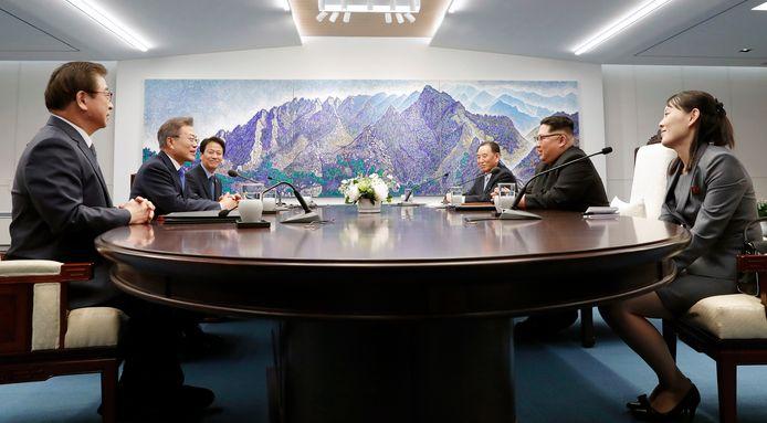 De onderhandelingen in het Vredeshuis zijn gestart. Rechts van Kim Jong-un zit zijn zus.