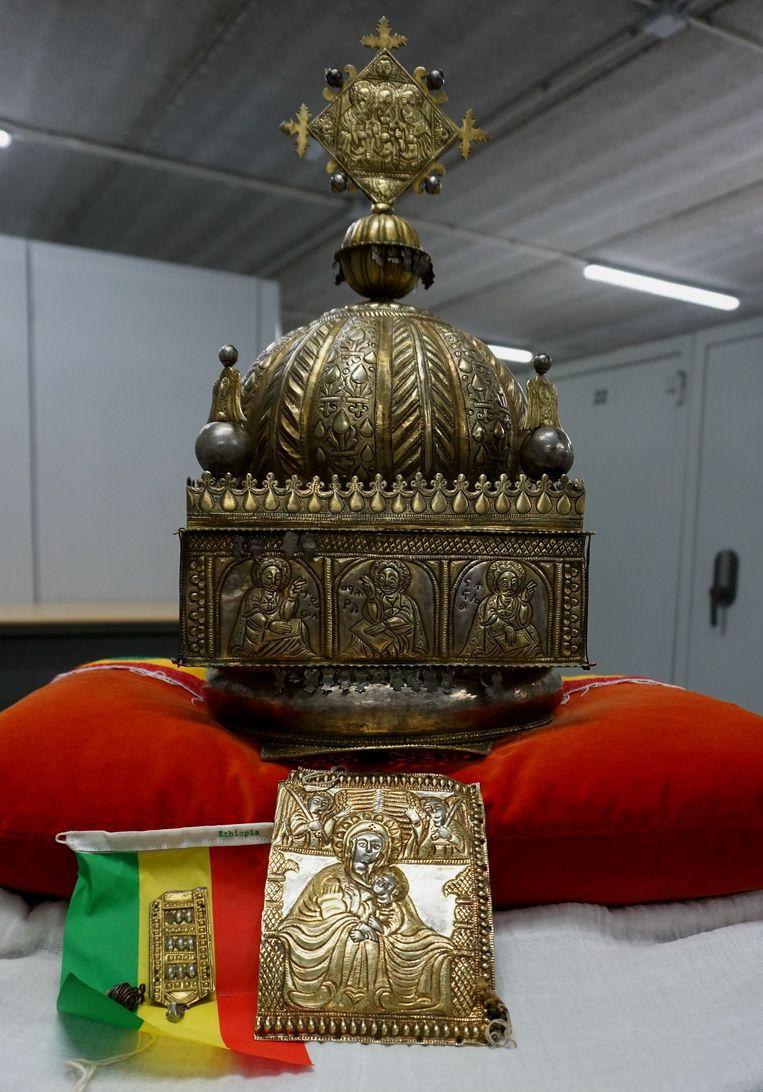 Ethiopië heeft veel van zijn erfgoed verloren. In februari bracht de in Nederland wonende Sirak Asfaw deze kroon terug naar Ethiopië.  De achttiende-eeuwse kroon was in de negentiger jaren geroofd en het land uitgesmokkeld. Beeld AFP