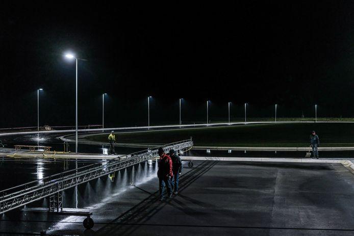 Tot diep in de nacht waren ze in Winterswijk van donderdag op vrijdag bezig om een ijsvloer te creëren.
