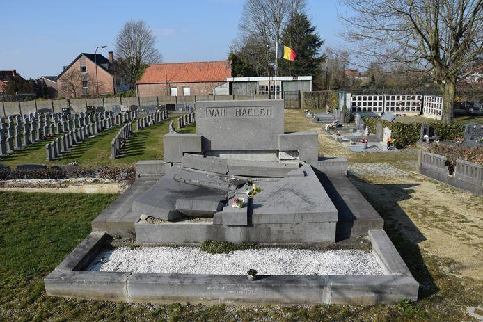 Het graf van Frans Van Haelen op het kerkhof in Beersel toen het er nog beschadigd bij lag.