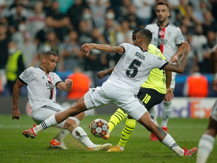 De tackles en slimmigheidjes van controleur Josef Souza zijn cruciaal voor Besiktas. Beeld AP