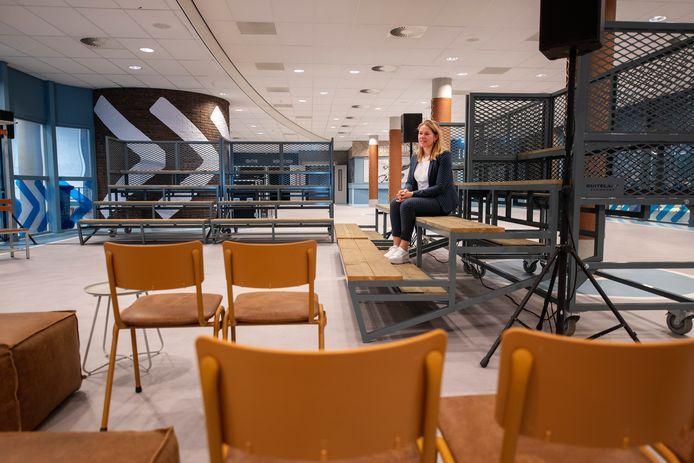 Accountmanager Erica den Hertog laat één van de grote vernieuwde ruimtes zien die Omnisport nu vanaf maandag tot en met donderdag probeert te verhuren aan de zakelijke markt. In het verleden kwamen daar te weinig inkomsten uit binnen.
