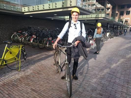 Stenen laten los boven fietsenstalling station Breda. Help op als je je fiets wilt halen.