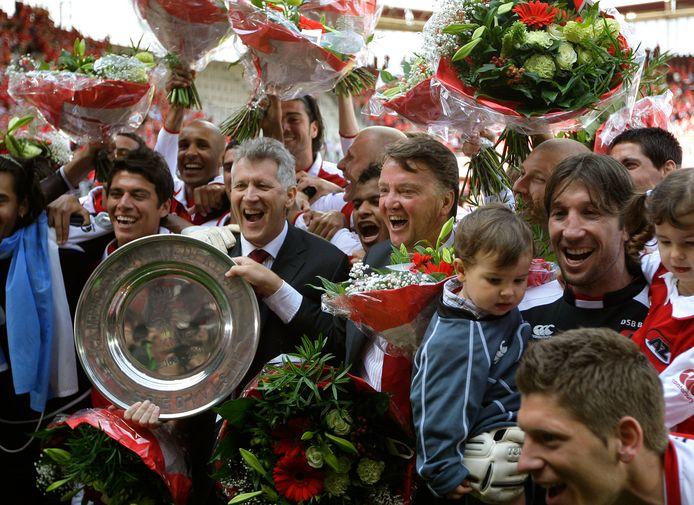 De selectie van AZ viert in 2009 de landstitel met als middelpunt toenmalig voorzitter Dirk Scheringa met naast hem Louis van Gaal.