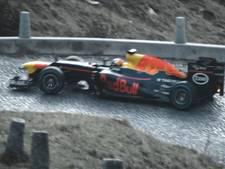 Buemi scheurt met F1-wagen over Zwitserse bergpas
