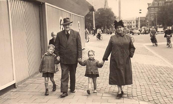 Leo van der Velde met zijn opa, zusje Babs en zijn oma op de Hofweg.