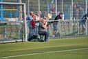 Ron van Welzen fotograferend op het voetbalveld