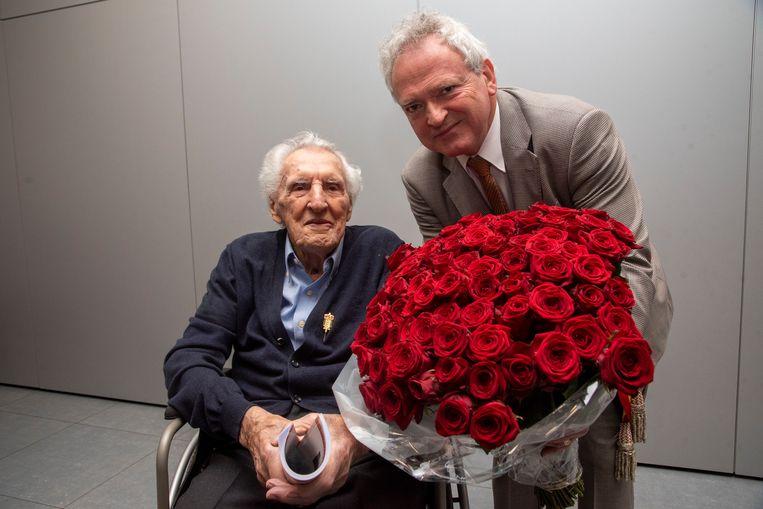 André Dhooghe krijgt 100 rozen voor zijn 100ste verjaardag.