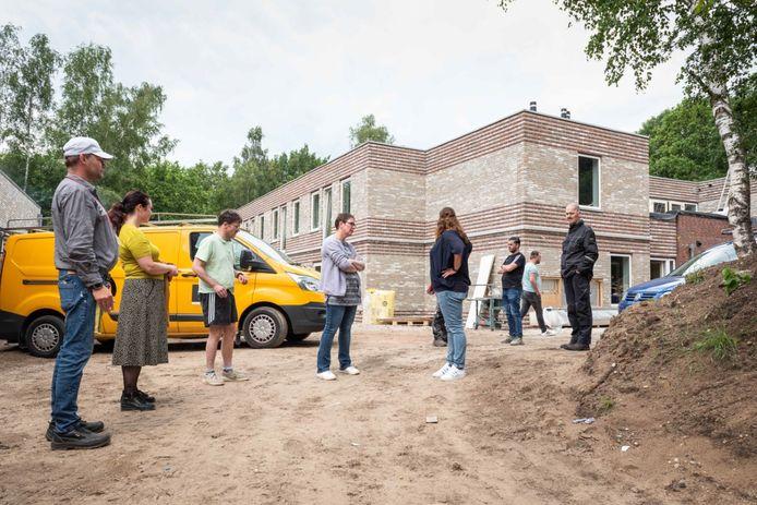Bewoners op bezoek bij hun aanstaande woonlocatie in Soesterberg.