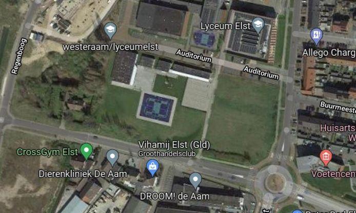 De nieuwbouw van het zwem- en sportcomplex is voorzien op het terrein tussen het Westeraam en Lyceum Elst en de Nieuwe Aamsestraat.