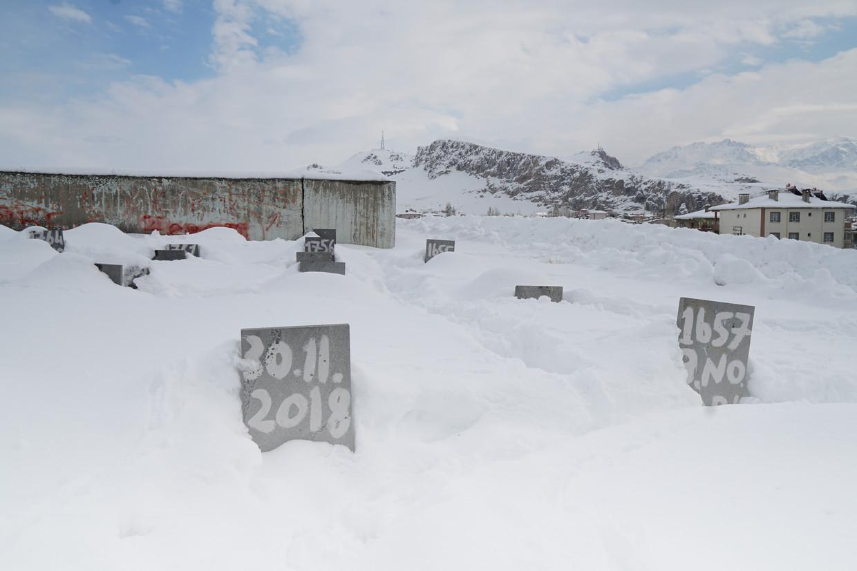 Grafstenen langs de Turks-Iraanse grens. De doden hebben hier geen naam.
