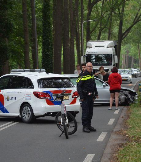 En wéér is het raak op de Wesselseweg in Barneveld: auto botst op boom