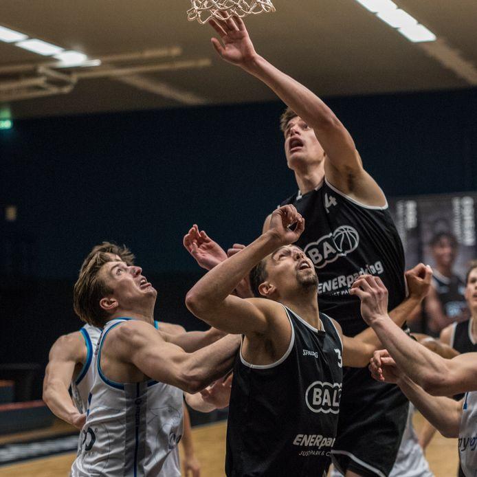 Basketballer Stijn Hintzbergen torent boven iedereen uit tijdens het duel van BAL tegen Donar. De Hengeloër scoorde zeven punten en was goed voor vier rebounds.