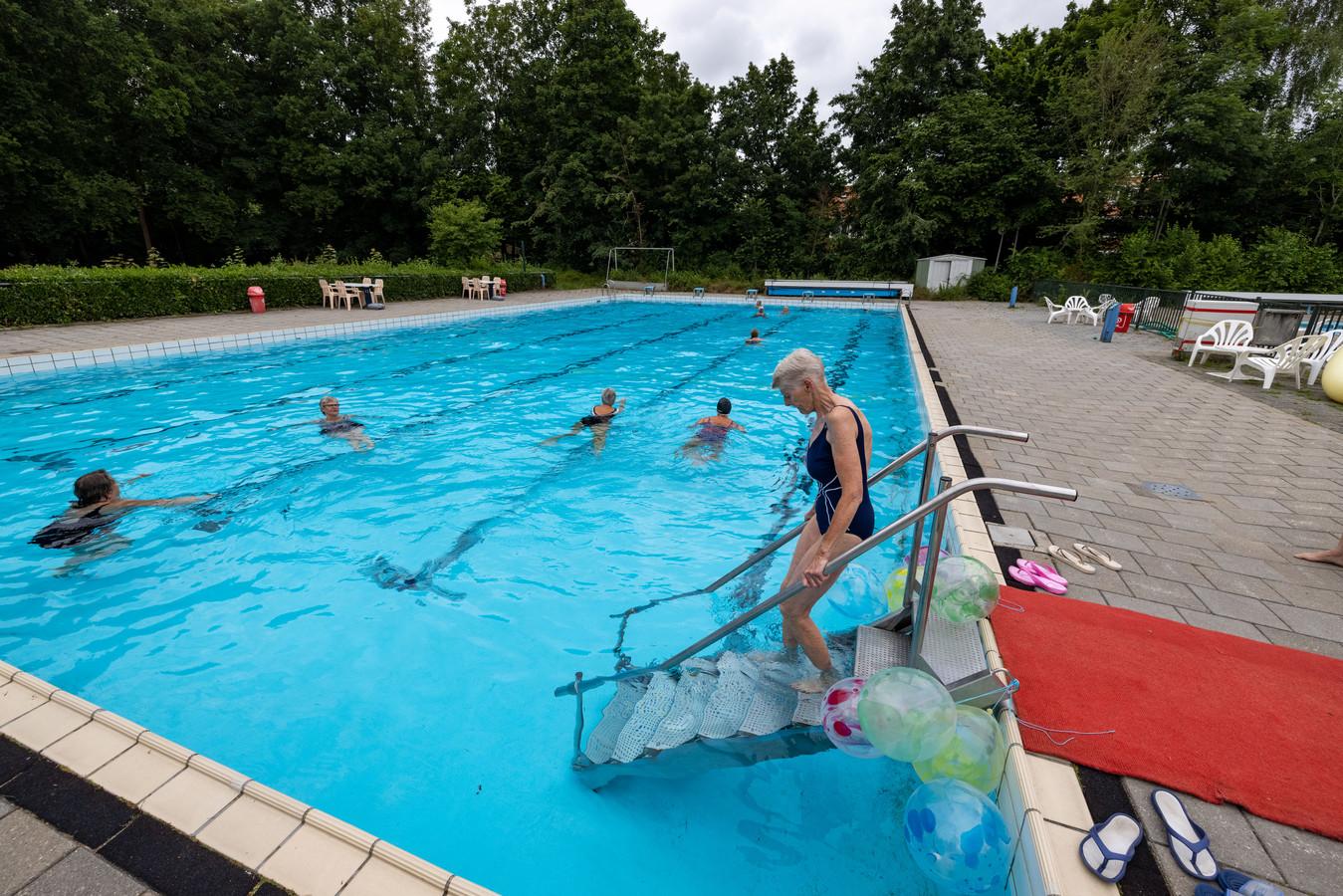 Dankzij deze handige trap kunnen ouderen voortaan wat veiliger het water betreden van zwembad De Alk in Biddinghuizen.