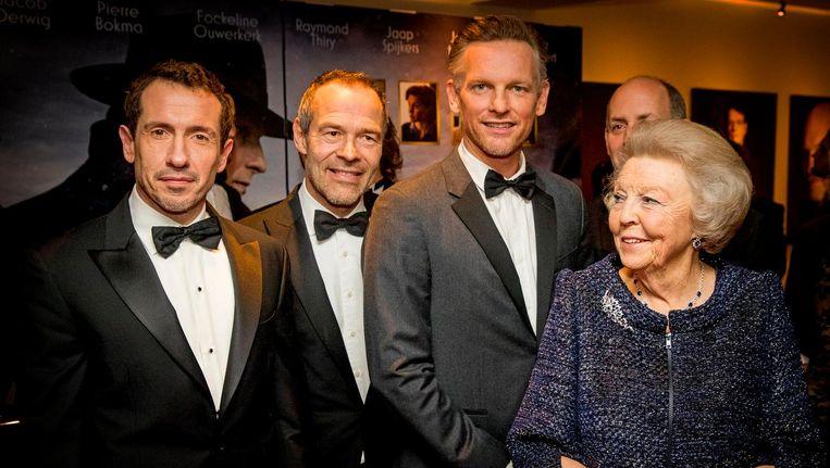Prinses Beatrix met onder andere Barry Atmsa, Jacob Derwig en Joram Lursen tijdens een ontmoeting met de cast van Bankier van het Verzet. Beeld anp