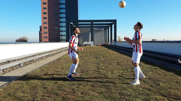 Fran Sol (links) en Jordens Peters houden de bal hoog op het dak van Interpolis in Tilburg.