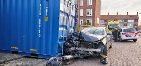 Auto botst op container in Bredase woonwijk