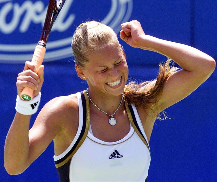 Anna Kournikova viert een overwinning in de tweede ronde van de Australian Open in 1999.