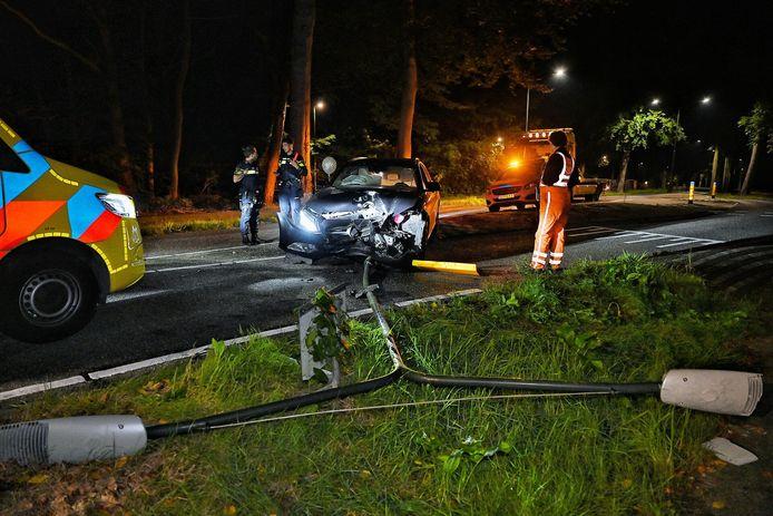 Man rijdt met auto lantaarnpaal uit de grond in Oisterwijk