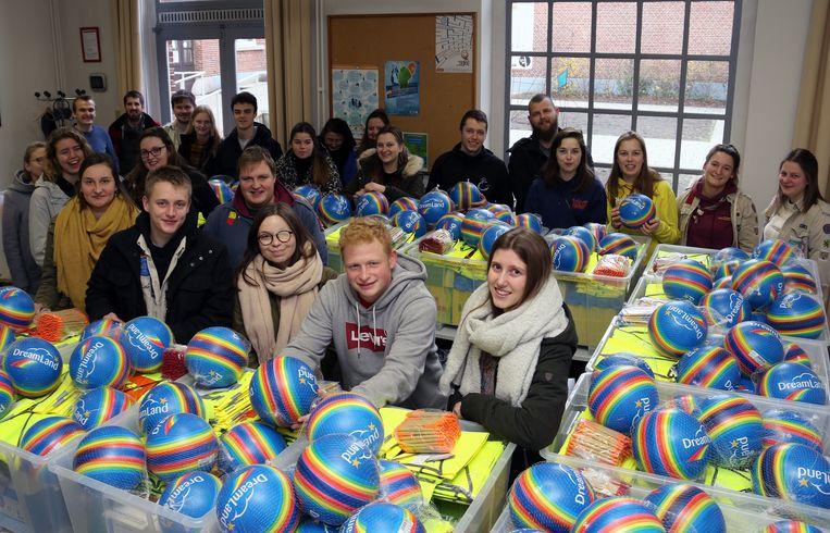 Vertegenwoordigers van de jeugdverenigingen nemen de geschenken in ontvangst