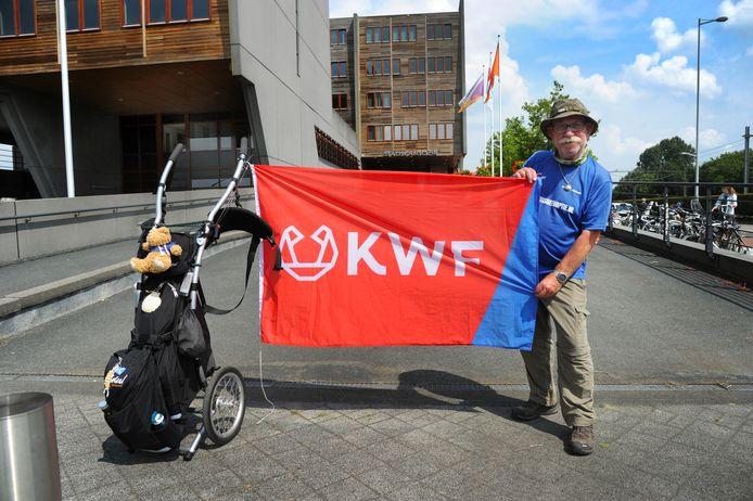 Gerard Althoff loopt 1600 kilometer door Nederland voor KWF. Hier is hij bij het Stadskantoor in Middelburg om een stempel te halen.