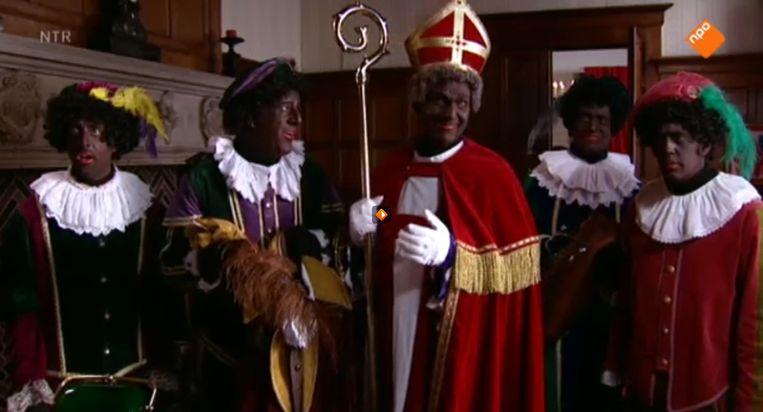 Zwarte Piet met mijter op en tabberd aan Beeld Still van de website van het Sinterklaasjournaal