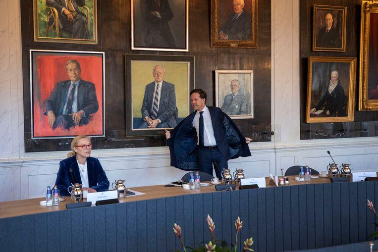 Mark Rutte schuift aan in de rooksalon waar dinsdagochtend de fractievoorzitter opnieuw met Kamervoorzitter Khadija Arib om tafel gingen.  Beeld Werry Crone