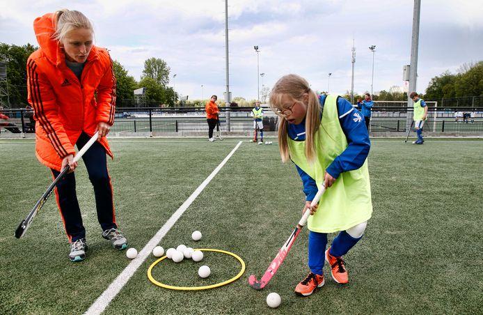 Marieke Dijkstra met leerling Lotte Weisma, die het downsyndroom heeft