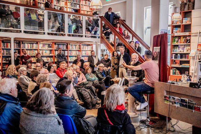 Özcan Akyol interviewt Nico Dijkshoorn in een volgepakte Boekhandel Praamstra.
