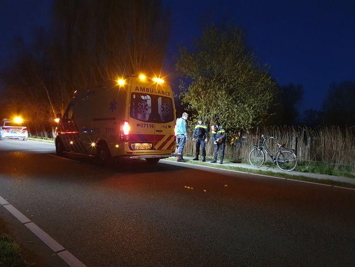 De ambulance bij de sloot waarin het meisje werd gevonden.