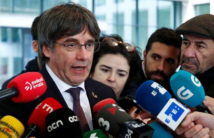 Carles Puigdemont praat met de media in Brussel.