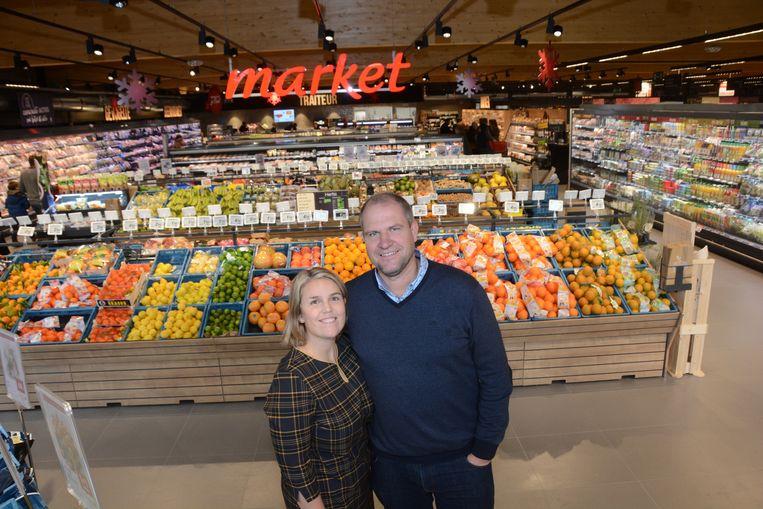 Liesbet Deprest en Ive Bastijns in de versmarkt van de nieuwe Carrefour.