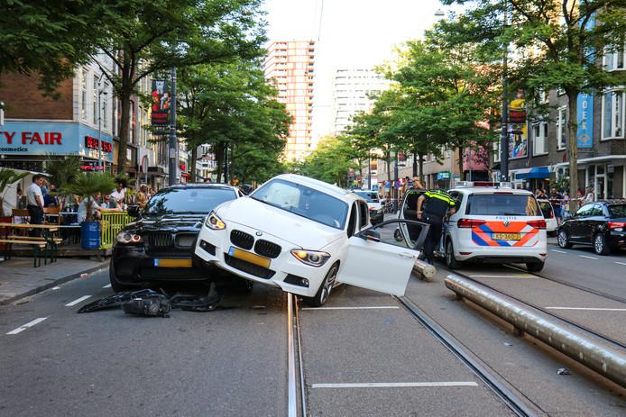De ravage op de West-Kruiskade afgelopen zaterdag. De bestuurder van de auto zat achter het stuur terwijl hij lachgas gebruikte.