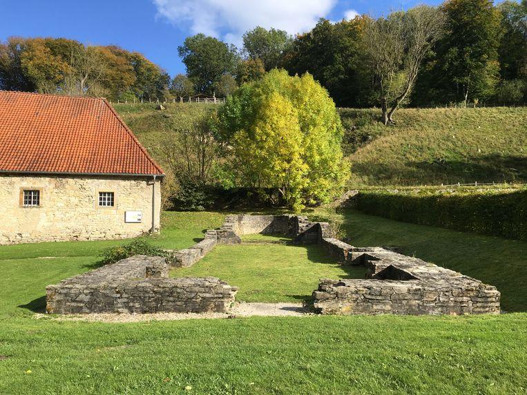 Restanten van de kloosterfundering in Dalheim waar de vrouw woonde. Beeld Christina Warinner
