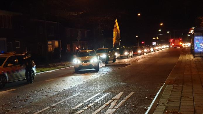 Een flinke file op de Hengelosestraat richting centrum in Enschede na een ongeluk.