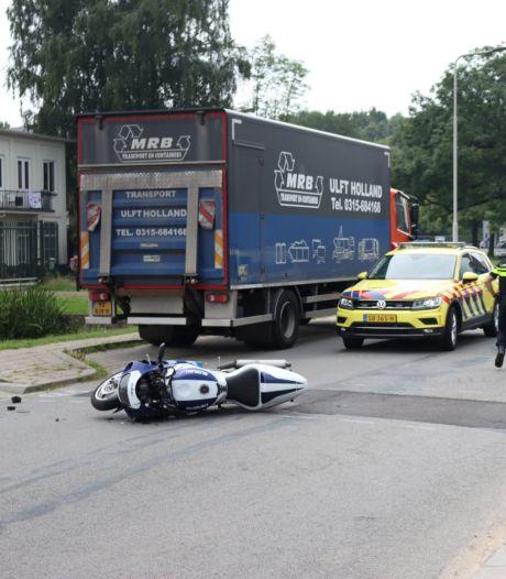 Motorrijder botst tegen bestelbus in Arnhem en moet met ambulance naar het ziekenhuis