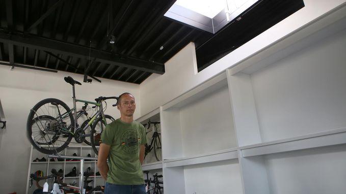 Dieven vissen voor tienduizenden euro's fietsen uit winkel met haak aan lange stok