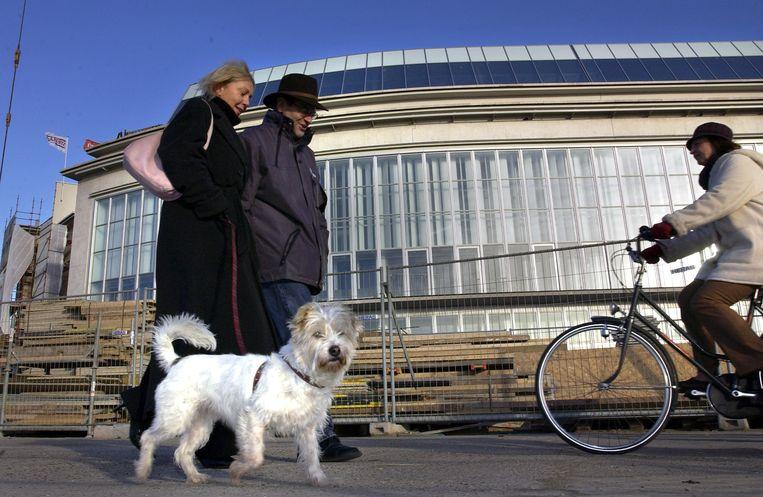 Een koppel op wandel met hun hond aan het Casino van Oostende. © Yann Bertrand Beeld