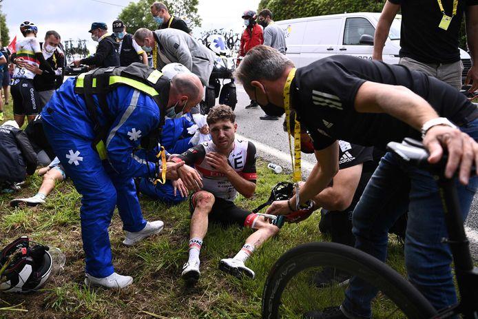 Marc Hirschi lijkt vooral last te hebben van zijn sleutelbeen. Na de finish bleek er geen breuk te zijn, wel was de arm van de Zwitser uit de kom geweest.