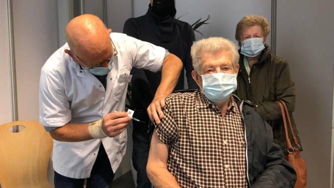 """Ook vaccinatiecentrum Tienen breit na 15 oktober vervolgstuk aan vaccinatiecampagne, en dat vreet niet aan de moraal: """"Aan dat virus is niks positief, maar de sfeer hier is geweldig!"""""""