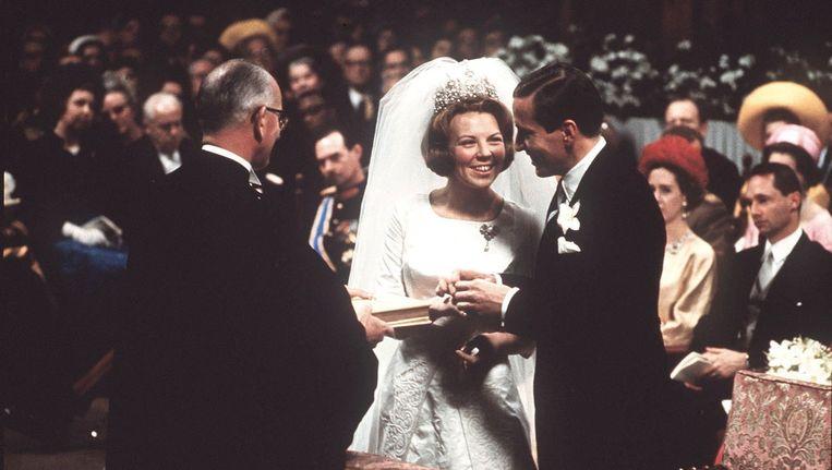 Prinses Beatrix en prins Claus bij het toenmalige stadhuis The Grand (l) en bij het kerkelijk huwelijk in de Westerkerk Beeld anp